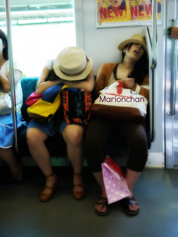 les japonais qui dorment dans le train